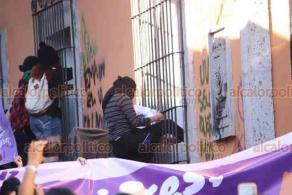 Xalapa, Ver., 25 de noviembre de 2020.- En la calle de Clavijero, feministas pararon para vandalizar las instalaciones de Radio UV. Recientemente, alumnos de la Universidad han protestado por un caso de agresión sexual en la Facultad de Comunicación.