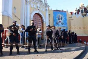 Xalapa, Ver., 25 de noviembre de 2020.- Policías antimotines ahora resguardaron la Catedral Metropolitana de la protesta feminista. No obstante, las jóvenes hicieron pintas en paredes del inmueble.
