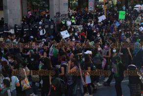 """Xalapa, Ver., 25 de noviembre de 2020.- La marcha feminista culminó en la avenida Enríquez, frente al Palacio de Gobierno, donde las jóvenes quemaron pancartas e hicieron un pronunciamiento sobre la violencia feminicida. Además, colocaron un """"tendedero del acoso"""" en la plaza Lerdo."""