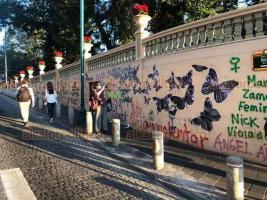 Xalapa, Ver., 25 de noviembre de 2020.- Además de realizar pintas en instalaciones de Radio UV, feministas también vandalizaron paredes de la Catedral y del Parque Juárez.