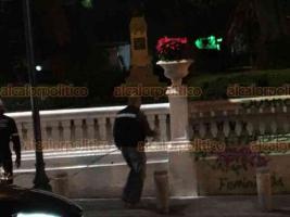 """Xalapa, Ver., 25 de noviembre de 2020.- La noche de este miércoles, se observó a personal del ayuntamiento repintando el parque donde feministas hicieron """"pintas""""."""