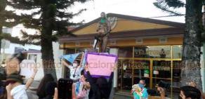 Orizaba, Ver., 25 de noviembre de 2020.- A su paso por el Monumento a la Vida, una de las jóvenes se subió y ató un pañuelo verde a la estatua.