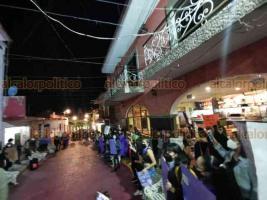 """Huatusco, Ver., 26 de noviembre de 2020.- Tras marchar exigiendo alto al acoso y a la violencia contra ellas, mujeres colocaron """"tendedero"""" con nombres de supuestos acosadores."""