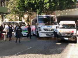 Xalapa, Ver., 26 de noviembre de 2020.- Un choque entre un taxi y un camión urbano provocó caos vial por varios minutos, en la esquina de las calles Zaragoza y Barragán, en el Centro.