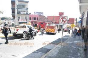 Xalapa, Ver., 26 de noviembre de 2020.- Sobre la calle Hidalgo, camioneta de transporte de las tiendas de autoservicio Fasti se incendió, al parecer por cortocircuito. Conductor resultó con quemaduras leves y fue atendido por paramédicos de la Cruz Roja.