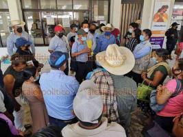 Coatzacoalcos, Ver., 26 de noviembre de 2020.- Campesinos de Tatahuicapan se manifestaron en el Palacio Municipal exigiendo hablar con el alcalde, Víctor Carranza y el director de la CAEV en la zona, Jaime Martínez.
