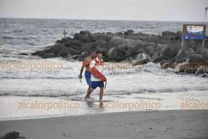 Boca del Río, Ver., 26 de noviembre de 2020.- Un turista originario del Estado de México fue salvado de morir ahogado a la altura de las playas de Private por personal de rescatistas de Protección Civil.
