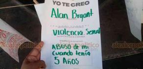 Orizaba, Ver., 26 de noviembre de 2020.- En el marco de las actividades por el Día Internacional con la Violencia de Género, feministas colocaron un tendedero en la calle Madero, denunciando casos de acoso, abusos y violaciones.