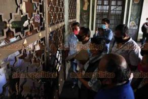 Xalapa, Ver., 27 de noviembre de 2020.- A bordo de autobuses, custodiados por policías, pobladores de Ixtaczoquitlán llegaron para solicitar audiencia con el Gobernador ante problemas por la falta de agua.