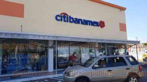 Veracruz, Ver., 27 de noviembre de 2020.- En plaza El Coyol, un cuentahabiente fue despojado del dinero que había retirado de una sucursal de Citibanamex. Al sitio acudieron elementos de Policía Naval y Estatal, así como Guardia Nacional. No se reportan detenidos ni lesionados.