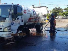 Veracruz, Ver., 27 de noviembre de 2020.- Bomberos y Protección Civil controlaron fuga de gas en camión-tanque con capacidad de 5 mil 500 litros, en la avenida Sánchez Tagle esquina con Calle 2, ecolonia 21 de Abril. Desalojaron una cuadra a la redonda por prevención.