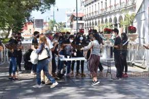 Xalapa, Ver., 28 de noviembre de 2020. En el parque Juárez, jóvenes integrantes de una iglesia cristiana obsequian alimentos.