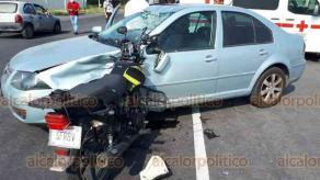 Veracruz, Ver., 28 de noviembre de 2020.- En el entronque de la carretera hacia el aeropuerto Heriberto Jara y el distribuidor JB Lobos, motociclista se impactó contra auto de tal manera que su vehículo se incrustó en el coche. Cuerpos de emergencia atendieron al tripulante que resultó lesionado. Guardia Nacional y Policías se apersonaron en el sitio.