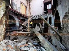 Veracruz, Ver., 29 de noviembre de 2020.- Se desplomó parte del primer piso de un inmueble ubicado en la esquina del callejón J.J. Herrera y Zamora. El edificio ubicado a una cuadra del Palacio Municipal es habitado por indigentes y se encontraba en deplorables condiciones.