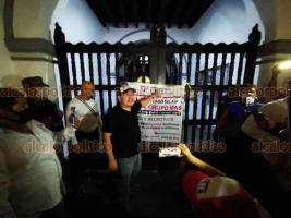 Veracruz, Ver., 29 de noviembre de 2020.- La noche de este domingo, tras marchar por el Centro, unos 100 integrantes del Movimiento Civil Independiente clausuraron simbólicamente el Palacio Municipal, como protesta en contra del Grupo MAS.