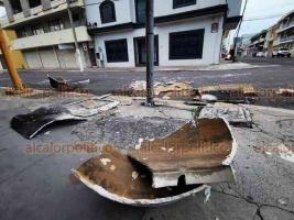 Veracruz, Ver., 30 de noviembre de 2020.- Las intensas rachas de viento tiraron un tinaco de asbesto que estaba ubicado en el techo de un edificio en la esquina de Madero y Zamora, de la colonia Centro; afortunadamente no hubo heridos.