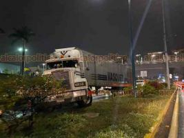 Xalapa, Ver., 30 de noviembre de 2020.- La tarde este lunes, el conductor de un tráiler aparentemente perdió el control y se subió al camellón de la carretera Xalapa-Veracruz, frente a plaza Américas.