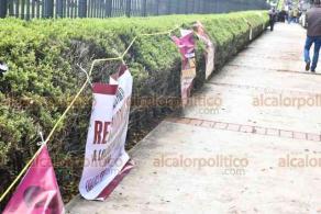 Xalapa, Ver., 1° de diciembre de 2020.- Previo a la comparecencia del secretario de Educación, Zenyazen Escobar, afuera del Palacio Legislativo se congregaron docentes de todo  el Estado para mostrar su apoyo al funcionario.