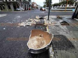 Veracruz, Ver., 1° de diciembre de 2020.- Las fuertes rachas de viento tiraron un tinaco de asbesto que estaba ubicado en el techo de un edificio en la esquina de Madero y Zamora, de la colonia Centro. Afortunadamente no hubo heridos.