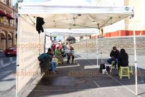 """Xalapa, Ver., 2 de diciembre de 2020.- La organización de ambulantes """"Vendedores Independientes Veracruzanos"""" instaló un plantón permanente en plaza Lerdo en protesta por la falta de lugares para vender. Piden detener los """"operativos represivos""""."""