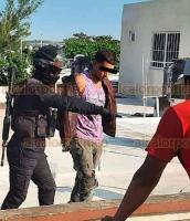 Veracruz, Ver., 2 de diciembre de 2020.- Presunto ladrón fue detenido este miércoles en la azotea de unas viviendas en la zona de Río Medio 3, al norte de la ciudad. Los vecinos y la Policía Estatal lo coparon y bajaron de los techos.
