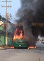 Coatzacoalcos, Ver., 2 de diciembre de 2020.- En cuestión de minutos la unidad de la línea Quetzalcóatl Plus, con placas A-20362-X del servicio de transporte público local, se vio envuelto en llamas y quedó reducido a chatarra.