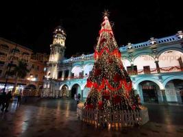 Veracruz, Ver., 2 de diciembre de 2020.- Encienden pino y decoración navideña del Zócalo de la ciudad; turistas y locales aprovechan para tomarse fotografías en este lugar.