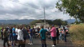 Alto Lucero, Ver., 3 de diciembre de 2020.- Taxistas de este municipio y localidades aledañas bloquearon la desviación hacia Actopan en protesta por presuntos abusos en operativos de la Dirección de Transporte Público. A las 13:15 horas comenzaron a hacer cierres intermitentes.