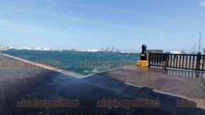 Veracruz, Ver., 3 de diciembre de 2020.- Por la entrada del Frente frío 18 que ocasiona fuertes rachas de viento que alcanzan 85 kilómetros por hora, la Capitanía del Puerto cerró la navegación a embarcaciones menores. Según PC se registra oleaje de entre 2 y 3 metros.