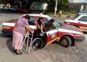 Veracruz, Ver., 3 de diciembre de 2020.- Julio César, de 34 años, perdió la pierna en un accidente automovilístico hace dos años. Hoy andaderas y silla de ruedas para moverse. Este Día de las Personas con Discapacidad, lamentó que el transporte público de la entidad no esté adaptado para ayudar al sector.