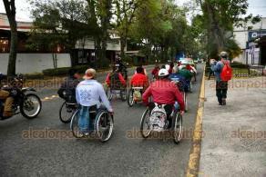 Xalapa, Ver., 3 de diciembre de 2020.- Por el Día de las Personas con Discapacidad, personas en sillas de rueda hicieron un recorrido del Teatro del Estado al Centro de la capital.