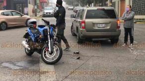 """Xalapa, Ver., 4 de diciembre de 2020.- Conductor de vehículo particular pretendió dar vuelta en """"u"""" sobre la avenida Maestros Veracruzanos esquina Zempoala, lo que ocasionó que motociclista chocara contra él. El tripulante de la moto resultó con golpes leves."""