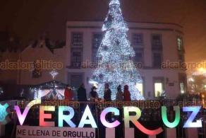 Xalapa, Ver., 4 de diciembre de 2020.- El gobernador Cuitláhuac García Jiménez hizo el encendido del árbol navideño en Plaza Lerdo, donde personas llegaron para tomarse la foto del recuerdo.