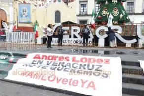 Xalapa, Ver., 5 de noviembre de 2020.- Integrantes del Frente Nacional Anti-AMLO (FRENA) se manifiestan en Plaza Lerdo para exigir la renuncia del presidente Andrés Manuel López Obrador.