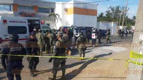 Veracruz, Ver., 5 de diciembre de 2020.- Una patrulla de la Policía Municipal de Veracruz volcó al impactarla un carro de color blanco en calles del fraccionamiento Tecnológico de Veracruz, movilizándose los cuerpos de emergencia y policías.