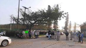 """Coatzacoalcos, Ver., 15 de enero de 2021.- Trabajadores transitorios de PEMEX bloquearon el acceso al complejo petroquímico """"Morelos"""" para exigir que les den trabajo pues necesitar llevar sustento a sus familias."""