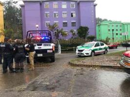 """Xalapa, Ver., 15 de enero de 2020.- El taxi que presuntamente fue usado para asaltar una tienda Coppel en Banderilla fue hallado abandonado frente al edificio """"Poza Rica"""" de la Unidad FOVISSSTE."""
