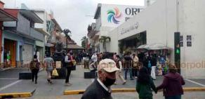 Orizaba, Ver., 15 de enero de 2021.- Aunque este segundo día de restricción de movilidad se observó un poco menos de población en el centro de la ciudad, muchos ciudadanos han ignorado por completo los filtros para reducir contagios de COVID-19.