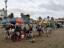 Veracruz, Ver., 16 de enero de 2021.- Aunque con menor concentración en comparación con otros fines de semana y pese al mal tiempo, sí hubo afluencia de visitantes en las playas del municipio.