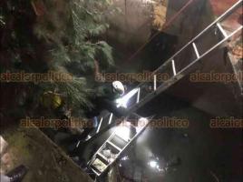 Xalapa, Ver, 16 de enero de 2021.- La noche de este sábado, paramédicos y  elementos de Bomberos rescataron a una persona mayor que cayó a un río de aguas negras ubicado en la calle Ángel Núñez Beltrán.