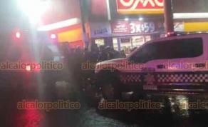Xalapa, Ver., 17 de noviembre de 2020.- La noche de este domingo un asalto movilizó a policías a la tienda OXXO ubicada en la esquina de 20 de Noviembre y Othoniel Rodríguez. Según se reportó, una oficial disparó contra uno de los ladrones, requiriéndose una ambulancia.