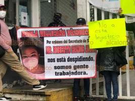 Xalapa, Ver., 18 de enero de 2021.- Empleados de la Jurisdicción Sanitaria 11 de Coatzacoalcos se manifestaron este lunes en la Secretaría de Salud (SS) para denunciar que fueron despedidos para dar lugares a familiares de directivos.