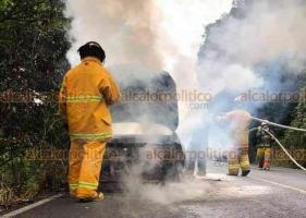 Coatepec, Ver., 18 de enero de 2020.- Un vehículo se incendió en la carretera Tuzamapan-Tlaltetela. Bomberos Coatépec controlaron el fuego sin que hubiera personas lesionadas; se desconocen las causas del siniestro.