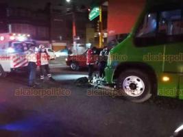 Xalapa, Ver., 19 de enero de 2021.- Motociclista fue atendido por paramédicos de la Cruz Roja luego de ser golpeado por un camión del transporte público sobre la avenida Adolfo Ruiz Cortines esquina Mártires 28 de Agosto.