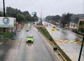 """Xalapa, Ver., 20 de enero de 2021.- Debido a la lluvia que se presenta en la región, personal de Tránsito del Estado implementó desde temprano el operativo """"Carrusel"""" con la finalidad de prevenir accidentes sobre la carretera Xalapa-Coatepec. Extreme precauciones al manejar."""