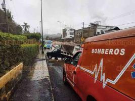 Coatepec, Ver., 20 de enero de 2021.- Conductor de camioneta derrapó cuando circulaba sobre la carretera Xalapa-Coatepec, al perder el control a la altura del Puente Nuevo, por lo que terminó en sentido contrario. Bomberos acudieron para valorar a los ocupantes de la unidad que resultaron ilesos.