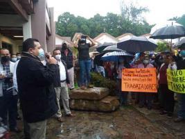 Poza Rica, Ver., 20 de enero de 2021.- Agremiados a la Sección 30 del STPRM hicieron protesta pacífica ante el Departamento de Recursos Humanos de PEMEX.