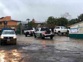 """Coatepec, Ver., 20 de enero de 2021.- Hasta Coatepec siguió el operativo tras la balacera en la avenida Murillo Vidal de Xalapa. Afuera de la Unidad Deportiva """"Amorós Guiot"""" se localizó un vehículo que presuntos secuestradores usaron para huir. Policías se desplegaron por la zona."""
