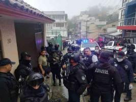 Xalapa, Ver., 20 de enero de 2021.- Por redes sociales se difundieron imágenes de dos personas que fueron abatidas tras la balacera con policías en la zona de la avenida Murillo Vidal. En el lugar, el titular de SSP, Hugo Gutiérrez, coordinó el operativo.