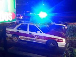 Veracruz, Ver., 20 de enero de 2021.- La noche de este miércoles, una persona fue hallada muerta en el interior de un taxi sobre la avenida Rafael Cuervo. Al lugar se movilizaron policías.